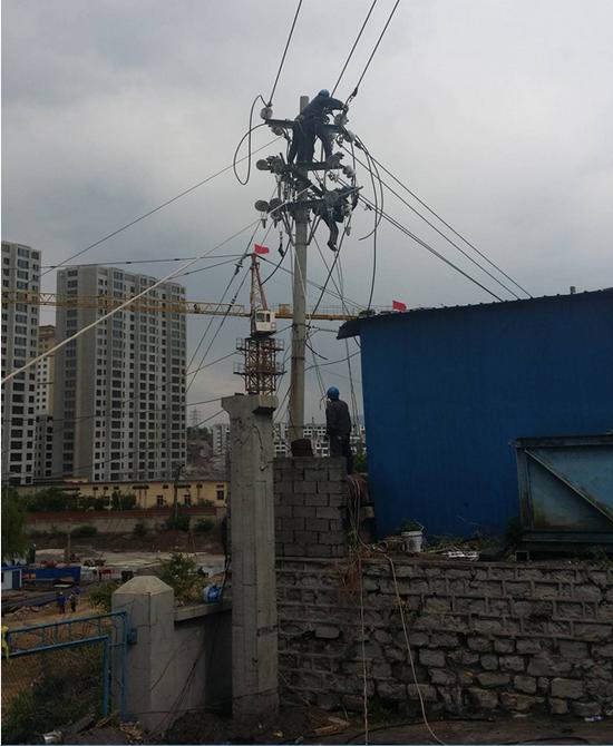 《建工綜合開發有限公司線路遷改工程》施工現場